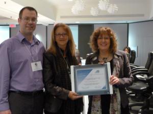 Mme Suzanne Séguin (Ministère de l'Éducation de l'Ontario) entourée de M. Éric Dion (Administrateur au sein du conseil d'administration du REFAD) et de Mme Caroll-Ann Keating (Présidente)