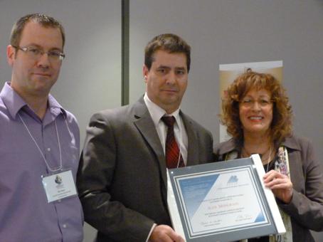 M. Jean Mongrain (Centre francophone d'éducation à distance de l'Alberta) entouré de M. Éric Dion (Administrateur au sein du conseil d'administration du REFAD) et de Mme Caroll-Ann Keating (Présidente)