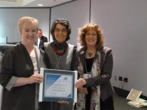 À gauche, Mme Brigitte Arsenault (Collège communautaire du N.-B.) accompagnée de Mme Martine Chomienne (Administratrice au sein du conseil d'administration du REFAD) et de Mme Caroll-Ann Keating (Présidente)