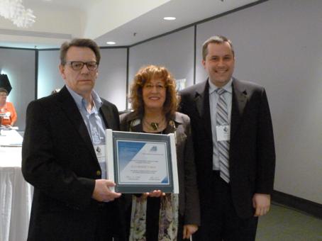 À gauche, M. Jean-Benoît Caron (Université Laval) accompagné de Mme Caroll-Ann Keating (Présidente du REFAD) et de M. Éric Martel (Administrateur au sein du conseil d'administration)