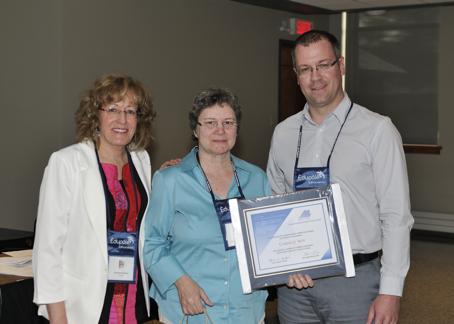 Mme Carolle Roy (Université de Saint-Boniface / Manitoba) entourée de Mme Caroll-Ann Keating (Présidente) et de M. Éric Dion (Administrateur au sein du conseil d'administration du REFAD) .