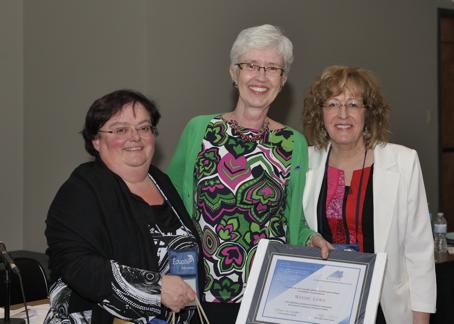 Mme Wendy Lowe (La Cité collégiale / Ontario) entourée de Mme Paulette Bouffard (Administratrice au sein du conseil d'administration du REFAD) et de Mme Caroll-Ann Keating (Présidente).