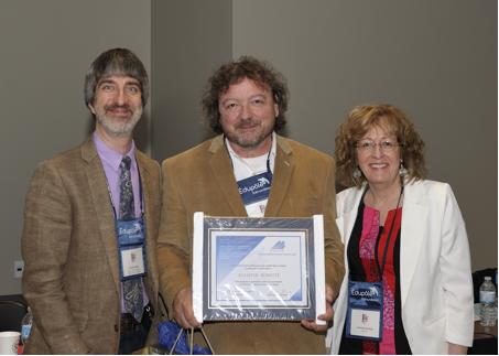 M. Daniel Lamy (acceptant le certificat au nom de M. Allistair Surette / Université Sainte-Anne / Nouvelle-Écosse) entouré de M. Jocelyn Nadeau (Vice-président du REFAD) et de Mme Caroll-Ann Keating (Présidente).