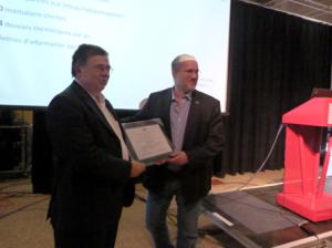 M. Jean Watters, un des fondateurs du Réseau, a remis un certificat de reconnaissance à M. Alain Langlois (Directeur général) pour ses vingt ans au sein du REFAD.