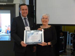 Mme Lise Bégin-Langlois a accepté un certificat au nom de Mme Caroll-Ann Keating (Spécialiste en sciences de l'éducation à la TÉLUQ).