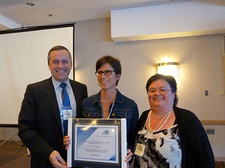 Mme Anne Patry (Université d'Ottawa) accompagnée de M. Éric Martel, président du REFAD, et de Mme Paulette Bouffard, administratrice.